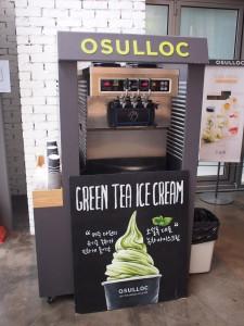 OSULLOCカンナム店、緑茶ソフトクリーム
