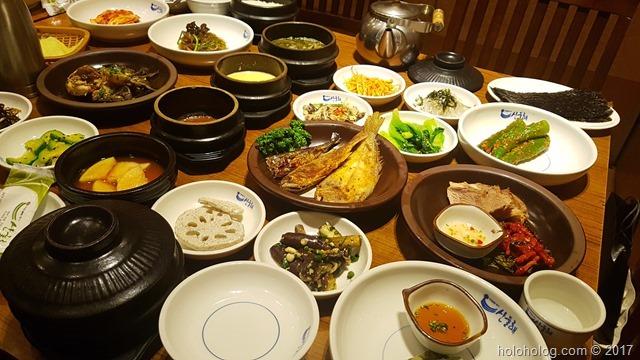 盛りだくさんな韓定食!テーブルに乗り切らないほどの韓国料理が出てくる!